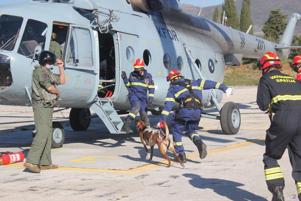 Osposobljavanje licenciranih vatrogasnih timova s potražnim psima