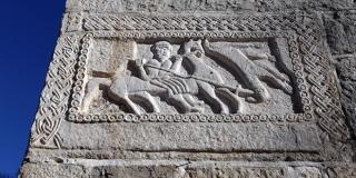 Na reljefu crkve u Žrnovnici prikazan je boj slavenskih poganskih božanstava Peruna i Velesa