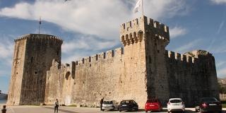 Trogir se nije predao Veneciji, pa je mjesecima bombardiran kamenim kuglama i keramičkim posudama punjenim zapaljivim smjesama