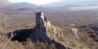 S utvrde Glavaš se savršeno nadzire prostrana dolina oko izvora Cetine