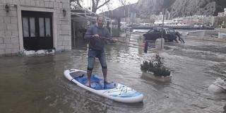 FOTOGRAFIJA KOJA GOVORI VIŠE OD TISUĆU RIJEČI Poplava je mnogima napravila probleme, ali nekima je samo razlog za zafrkanciju