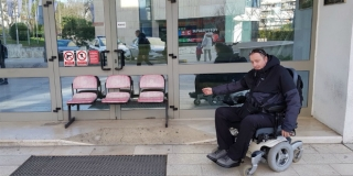 BLOKIRANA VRATA Zatvorili ulaz zbog jakog vjetra, policajci pomažu osobama s invaliditetom