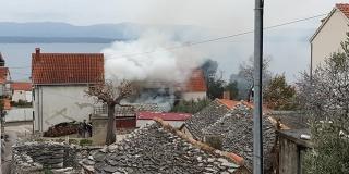 POŽAR U BOLU Planulo napušteni objekt, vatrogasna vozila se probijala uličicama