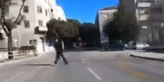 VIDEO Nekada pješaci izazovu prometnu nesreću, pogledajte dva neoprezna prelaska ceste u Splitu