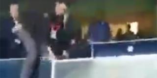 LUDILO U TURSKOJ Predsjednik Fenerbahčea preskočio ogradu i nasrnuo na navijače svog kluba, pogledajte snimku!