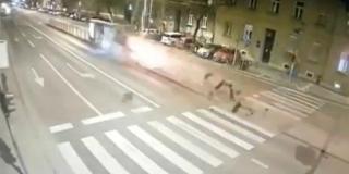 STRAŠNA SNIMKA NESREĆE: Audijem u Zagrebu pokosio tramvajsku stanicu