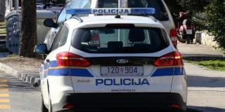 OPIRAO SE UHIĆENJU Policajce pokušao rastjerati mahanjem drvenom letvom