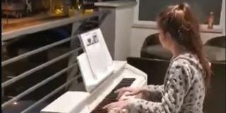 ODUŠEVILA SUSJEDE: Djevojčica Ema na balkon iznijela klavir i zasvirala 'Moju domovinu'