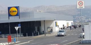 Kilometarske kolone pred supermarketima