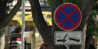 KAOS KOD PAZARIĆA Parkirana vozila blokiraju cijeli trak Vinkovačke, a ljudi prijete prometnim redarima