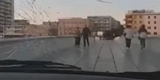 VIDEO Zašto je odlučio autom prijeći preko pješačkog mosta? Pogledajte snimku iz Golfa...