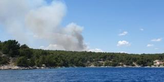 VIDEO Vatrogasci se još bore s požarom na Braču