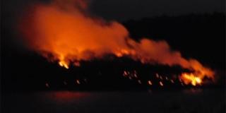 Požar na Braču ponovno ušao u noć, stigla pomoć s kopna