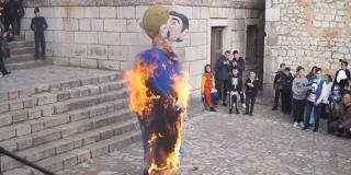 JAVNO POTICANJE NA NASILJE I MRŽNJU Zbog spaljivanja lutke gay para s djetetom završio na optužnici