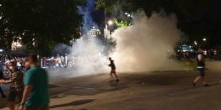 DRAMA U BEOGRADU Policija i prosvjednici mlatili se satima, ljudi ležali na cesti