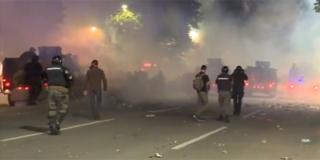 KAOS U SRBIJI Pirotehnika, kamenje i baklje lete prema policiji