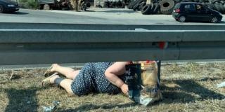 ZATRAŠUJUĆI VIDEO: Gospođa već danima brzu cestu na Sirobuju 'prelazi' provlačeći će ispod zaštitne ograde