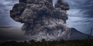 ERUPTIRAO VULKAN Gusti oblak pepela na Sumatri pretvorio dan u noć