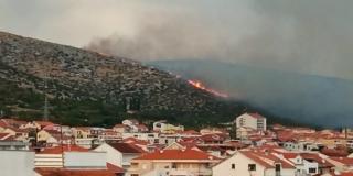 U gašenju požara kod Trogira prvi put ove sezone sudjelovao i helikopter