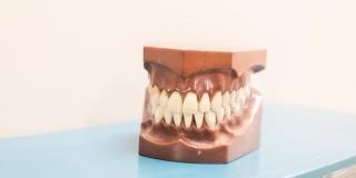STOMATOLOZI UPOZORAVAJU Četiri načina kako koronavirus loše utječe i na vaše zube
