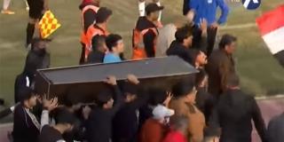 VIDEO: Navijači se pojavili na utakmici s lijesom kako bi se igrači oprostili od bivšeg trenera