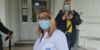 DR. KARIN: Cjepiva je malo. Dijelimo onako kako dobivamo