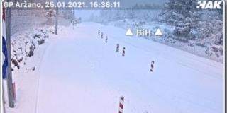 ZIMSKI UVJETI Snijeg na granici s BiH usporava promet, no nema čekanja