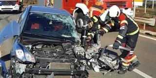 SUDAR AUTA I KAMIONA Starija osoba ostala prikliještena u autu