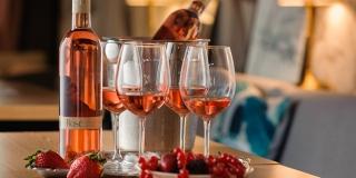 VALENTINOVO JE OVE GODINE ROSÉ BOJE Počastite sebe i voljenu osobu kvalitetnim vinima u kućnoj atmosferi
