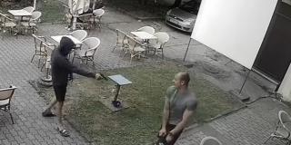 VIDEO Došetao u šlapama, izvadio je pištolj i hladnokrvno zapucao