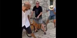 VIDEO BEZOBRAZLUKA: Razbili čovjeku bicikl dva metra od ulaznih vrata i još se sprdaju