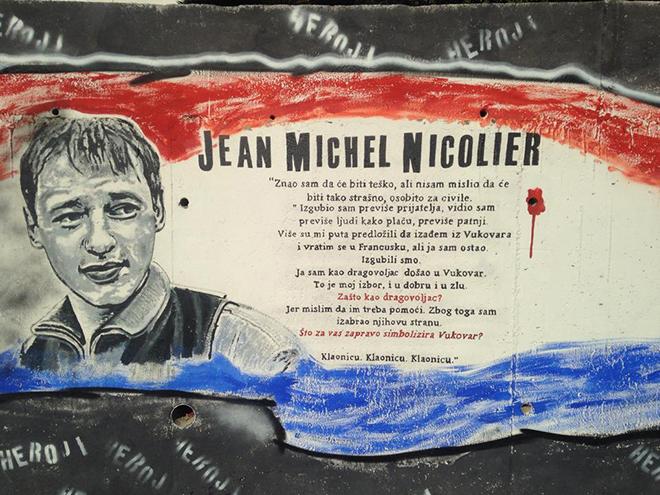 Crvenom bojom 39 napadnut 39 spomenik vukovarskom heroju jean for Mural u vukovarskoj ulici