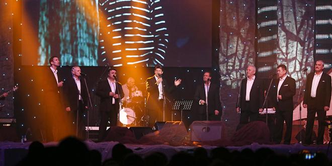 KRAJ: Oko 8.000 ljudi pjevalo s klapom Intrade; Tomislav Bralić: 'Hvala vam što ne slušate cajke!'