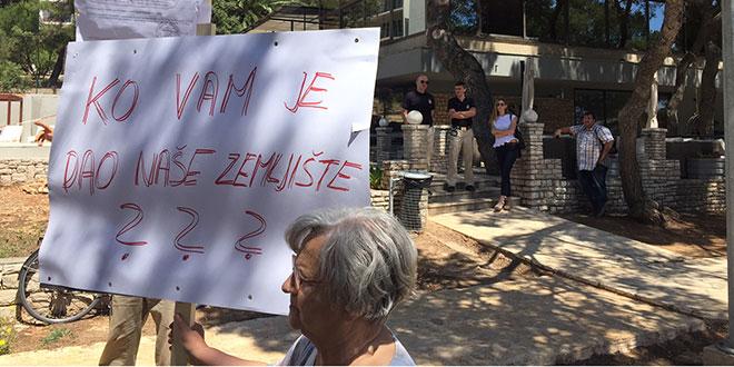 Mještani Vrboske prosvjedovali na šetnici pored hotela Adriatic: Ne damo našu didovinu!