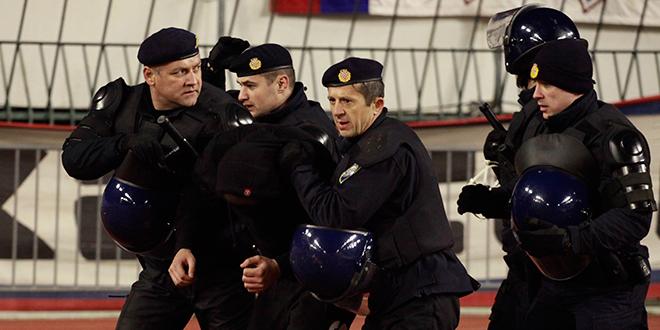 NA POLJUDU Policija palicama rastjerala skupinu navijača, vratili im kamenjem i bocama