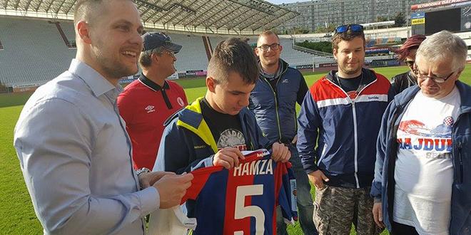VELIKI HAJDUK: Slijepi Jan Vich prije povratka u Trutnov na dar je dobio dres svog omiljenog igrača Hamze Barryja