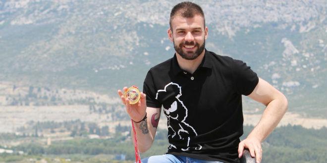 VIDEO: Bivši vratar Hajduka u sjajnoj formi, izgurao je s gola i čuvara mreže iranske reprezentacije