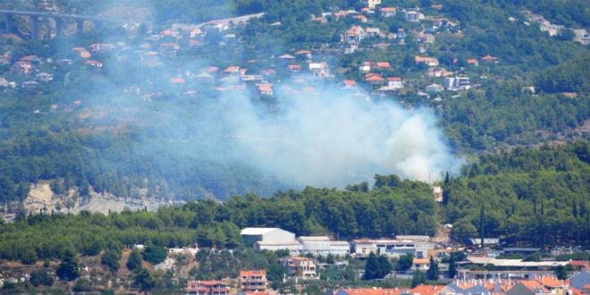 Ugašen požar iznad solinskog groblja zbog kojeg je Centar 112 u kratkom roku nazvalo 50 građana