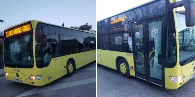 VIDEO: Kakav luđak, zaustavio Prometov autobus i porazbijao ga dok su unutra bili putnici!