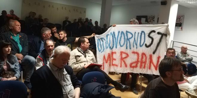 Aktivisti razvili transparent 'Odgovornost Merjan' u Gradskoj knjižnici Marko Marulić