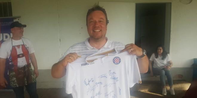 'Dvanaesti novinar' pobijedio na aukciji za Hajdukov dres