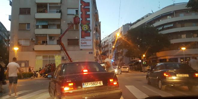 INTERVENCIJA U GUNDULIĆEVOJ: Vatrogasci spašavali čovjeka s balkona, situacija okupila više promatrača