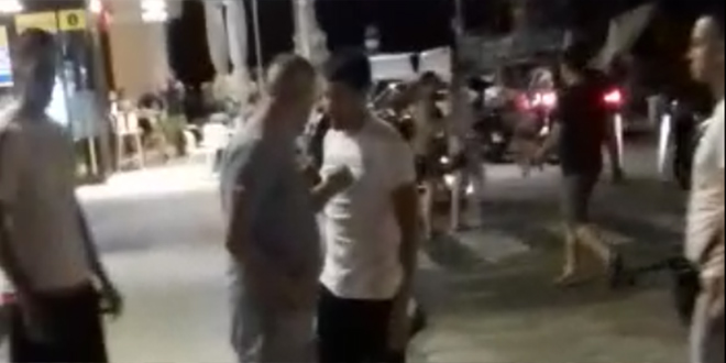 VIDEO INCIDENATA Na Rivi se bore da turisti uđu u njihovo vozilo, ali doslovno!