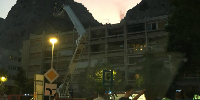 POŽAR U ZGRADI: Planuo stan u Omišu, vatrogasci brzo intervenirali