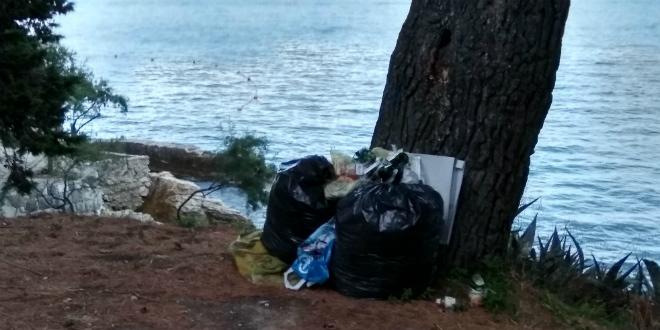 Netko uporno ostavlja smeće iznad šetnice prema Ježincu