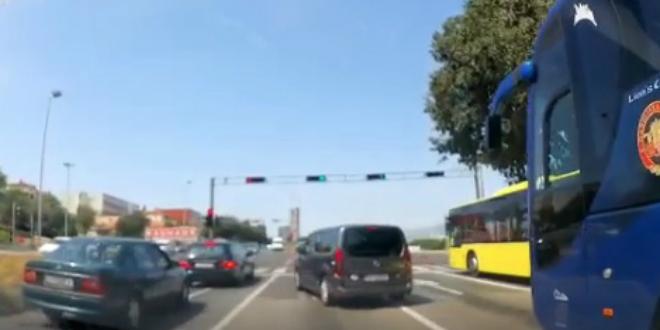VIDEO Pogledajte bahatost vozača kombija na jednom od najprometnijih raskrižja u Splitu
