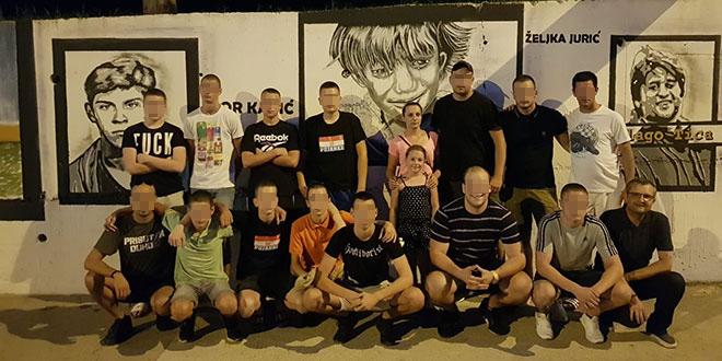 'Djevojčica u plavom kaputiću' večeras se zajedno s pripadnicima Torcide fotografirala ispred njoj posvećenog murala u Vukovarskoj ulici