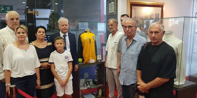 HAJDUK JE NJEMU BIO SVE Na Poljudu obnovljena vitrina Vladimira Beare