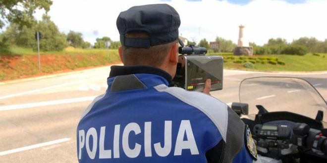 Pijan vozio Mazdu, pa prijetio policajcima