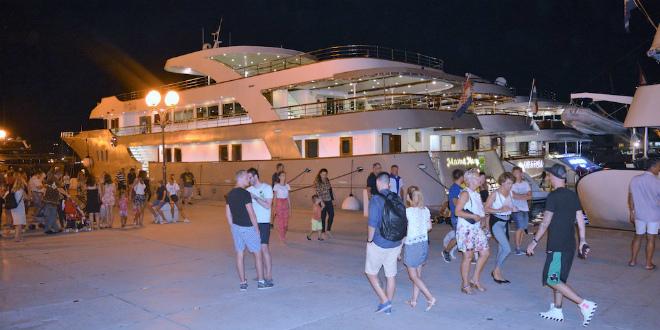 LJETNI ĐIR Trogirska riva u znaku uličnih zabavljača, a među brojnim brodovima i jahta Bernija Ecclestonea